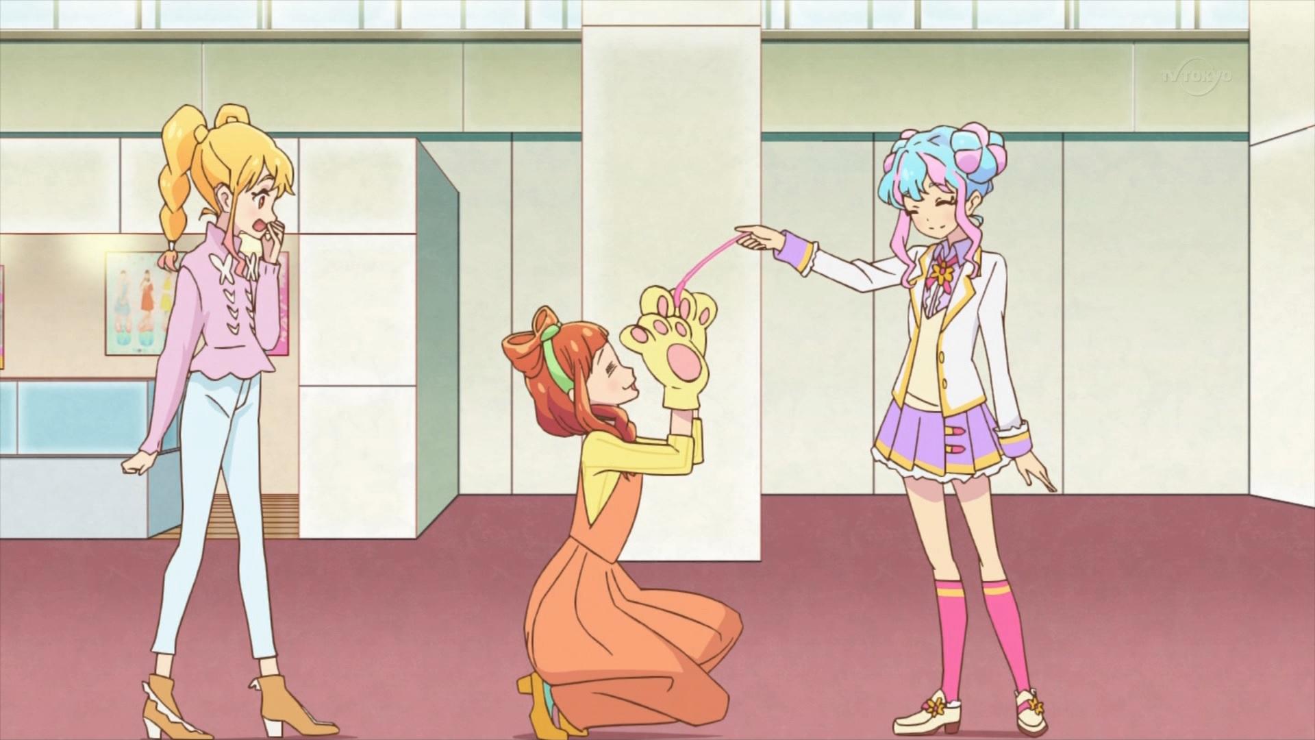 早乙女あこを猫じゃらしで遊ぶ花園きらら(アイカツスターズ54話画像)