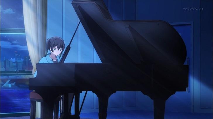 ピアノを弾く高咲侑