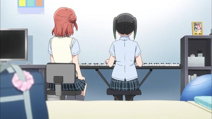 ピアノを弾く侑ちゃんを見守る歩夢